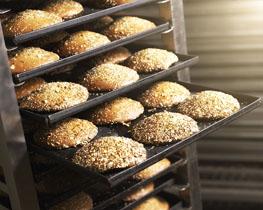 Volkoren eierkoeken op bakplaten in een broodkar